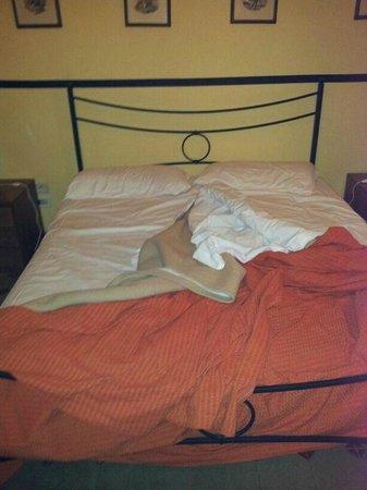 Hotel Etnea 316: letto sfatto....