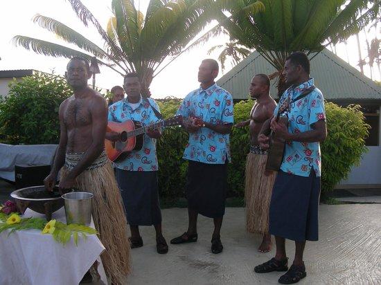 Fiji Hideaway Resort & Spa: Wandering musicians