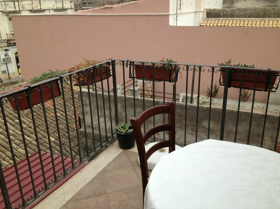 La Terra di Archimede: The balcony outside the dining area.