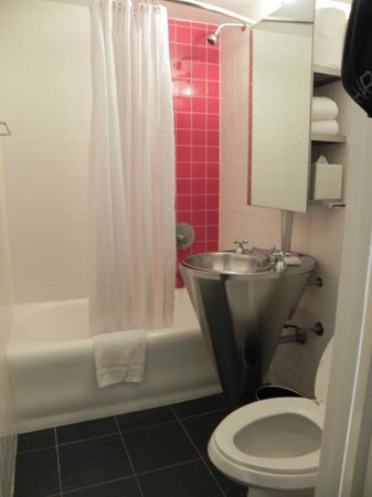 Paramount Hotel Times Square New York: Un baño pequeño pero en buenas condiciones