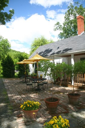 Fan House Bed and Breakfast: The patio where breakfast is served.