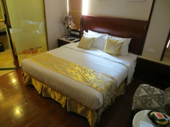 Hanoi Tirant Hotel: Room with 2 tiny windows