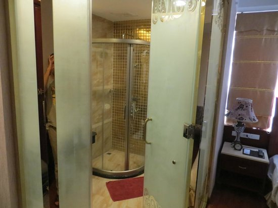 Hanoi Tirant Hotel: Shower Room