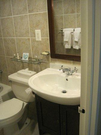 The Windsor Suites: Bathroom