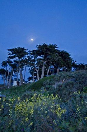 Montana de Oro State Park: Moonrise over ranger station