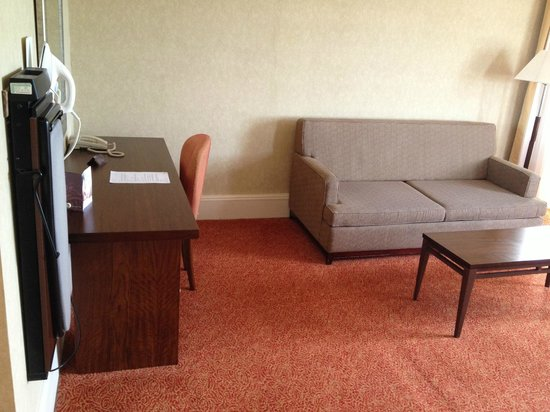 ذا مارين هوتل: Bedroom furniture