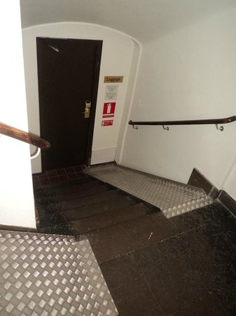 Clarion Grand Hotel: Heave your luggage down here - seven more steps