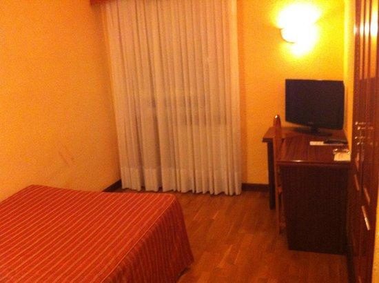 Hotel Ciudad de Burgos: La habitación. Muebles antiguos y decoración austera. Cama bastante cómoda.