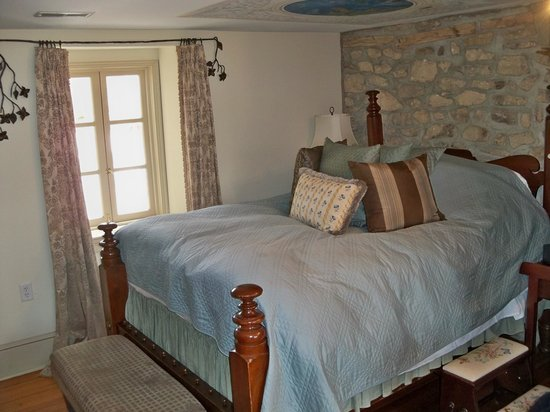 The Inn at Barley Sheaf Farm: June Moon Suite
