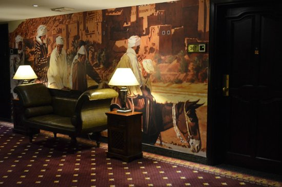 Arabian Courtyard Hotel & Spa: Life-size murals in hallways