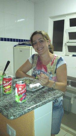 Guaruja Hostel: Area para fazer sua refeicao com fogao e geladeira