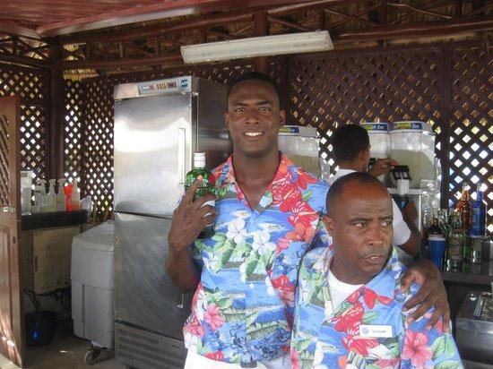 Grand Bahia Principe Turquesa: ребята в баре у бассейна рядом с океаном
