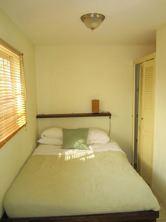 Aruba Tropic Apartments: Bed and Closet (and the narrow path)