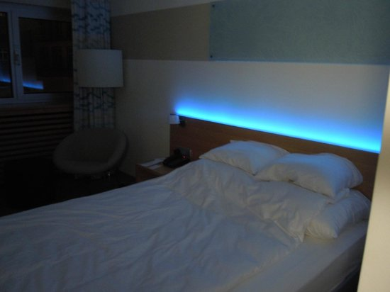 Le Meridien Parkhotel Frankfurt: Unique lighting above the bed