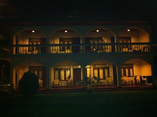 Sri Gemunu: resort by night