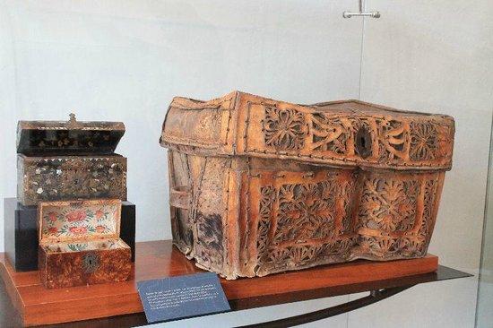 Acapulco Historical Museum: Coffre en cuir.