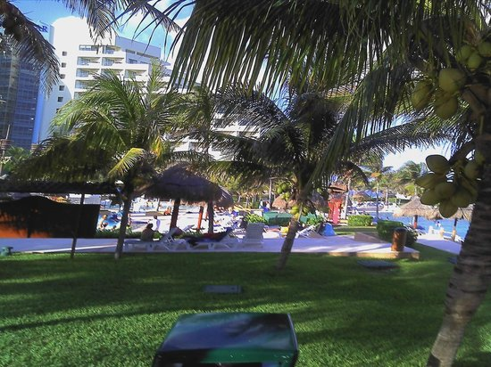 Iberostar Cancun: Walk from the villa to the hotel