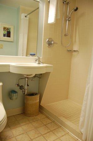 Club Quarters Hotel, Central Loop: Standard/basic room washroom