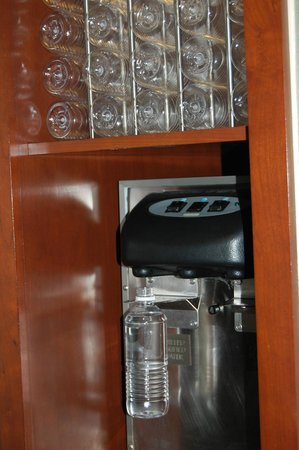 Club Quarters Hotel, Central Loop: Complimentary filtered water/bottles on each floor.