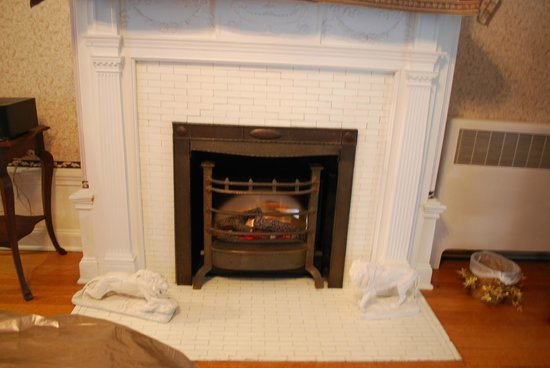 Mansion District Inn Bed & Breakfast: Fireplace (one side of it); in our bedroom