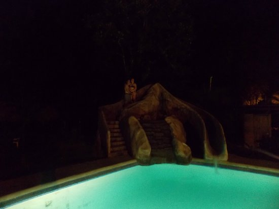 Aiyana Lodge: view of the pool at night