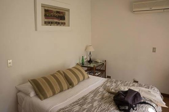 Hotel Il Giardino: It is a bit of a small bed, no side table on right