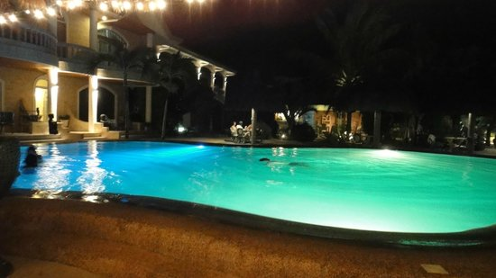 Linaw Beach Resort and Restaurant: pool at night