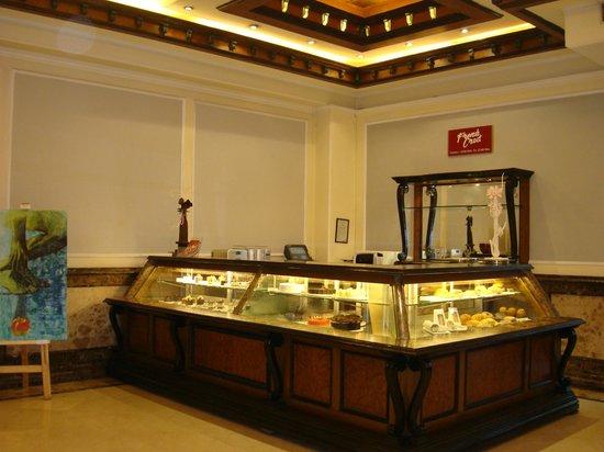 The Suryaa New Delhi: Cafetería del lobby