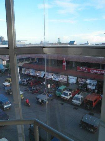 Vintage Inn: ベランダからの眺望 市場とジプニーターミナルビュー