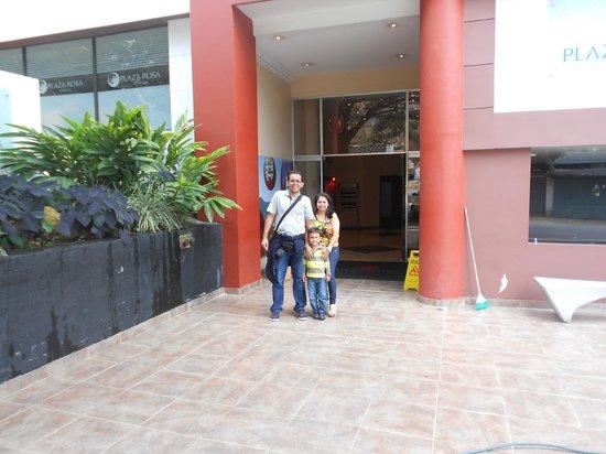 Hotel Plaza Rosa: Saliendo del Hotel