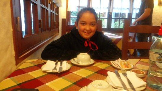 Hotel Del Viejo Esquiador: mi hija desayunando tempranito