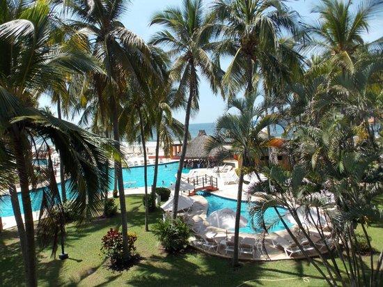 Holiday Inn Resort Ixtapa : Vista a la alberca desde la terraza de la habitación