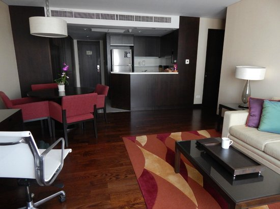 Sathorn Vista, Bangkok - Marriott Executive Apartments: Living & Kitchen area
