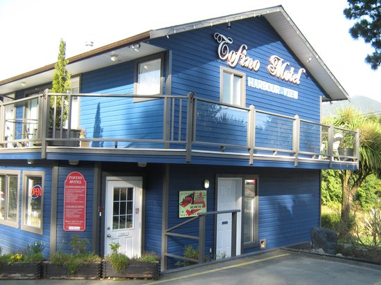 Tofino Motel HarbourView: Roadside view of office & front