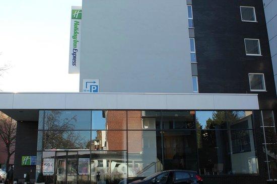 Holiday Inn Express Hamburg City Centre: ホテル玄関から見たホテル