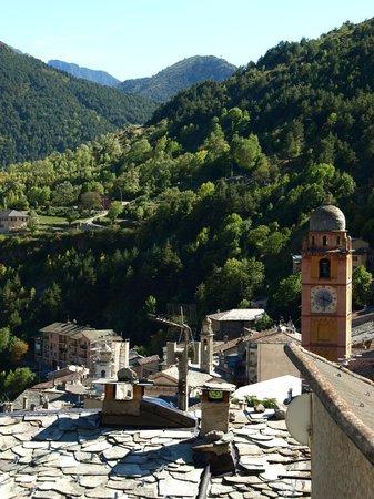 Tende, فرنسا: 高台から眺める旧市街の家々の屋根と教会の鐘楼