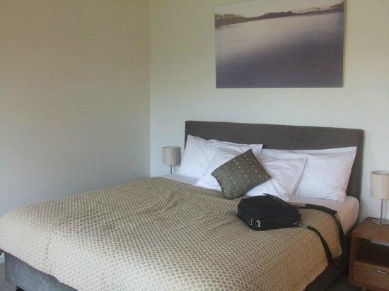 Stewarts Bay Lodge: Large king size bed