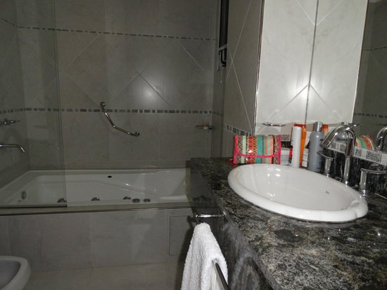 Gran Hotel La Paz Spa : Baño amplio con bañera e hidromasaje,