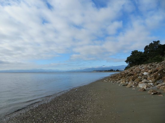 Twin Waters Lodge: beach 2 minute walk from B&B