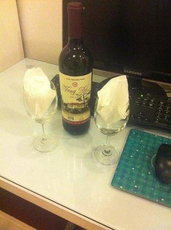 Hanoi Holiday Diamond Hotel: complimentary wine for our honeymoon