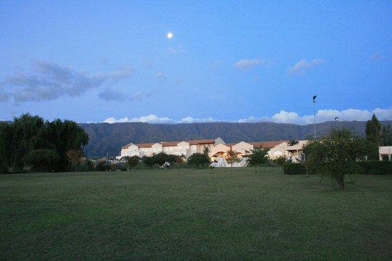 Howard Johnson Hotel Resort Villa de Merlo : Vista del hotel, desde el fin del parque