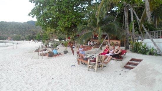 Koh Phangan Dreamland Resort: Eine gemütliche Bar zum Sunset direkt neben dem Hotel