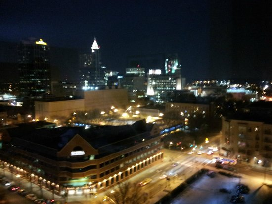 Holiday Inn Raleigh Downtown: Nighttime view from room.