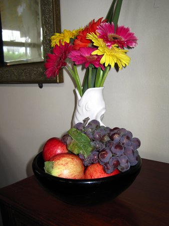 Antria Boutique Lodge: Flowers & fresh fruit from their garden placed in our room.