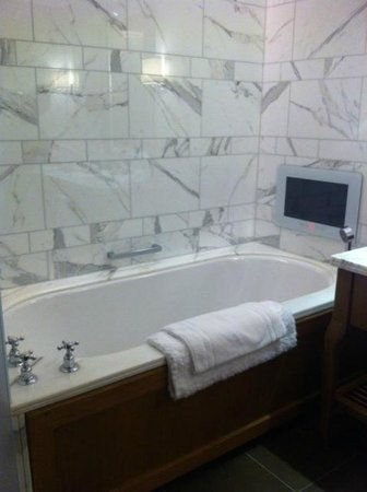 Corinthia Hotel London: Nice Bath