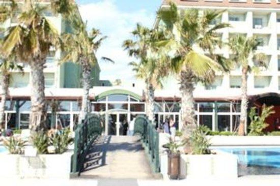 Vera Mare Resort: Vue de 2 bâtiments de l'hôtel à partir de la piscine