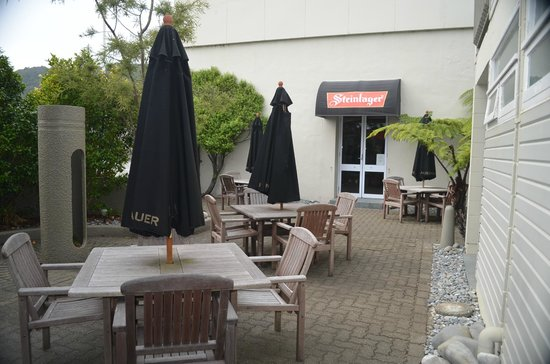 Kingsgate Hotel Greymouth: Beer Garden just outside room