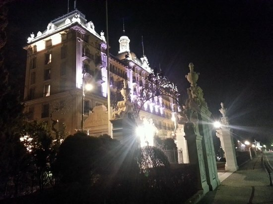 Grand Hotel Des Iles Borromees: View at night.