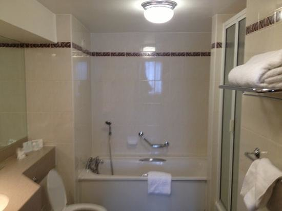 Holiday Inn London - Elstree: modern Bathroom?
