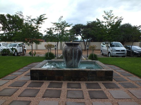Hadassa Guest House: Entrance and Parking
